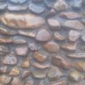 Декорация подпорной стенки выполнена окатанной галькой.