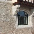 Мощение стен дома природным камнем гранит.