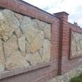 Забор выполнен натуральным камнем гранит.