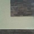 Пример декорирования стены пиленым камнем лемезит.