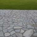 Парковка вымощена натуральным камнем серицит