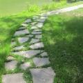 Пошаговая дорожка из крупно-форматного натурального камня серицит