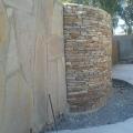 Подпорная стенка облицована соломкой серицит.