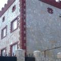 Облицовка фасада с применением природного камня серицит.