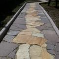 Пешеходная дорожка выполнена из природного камня златолит и лемезит по эскизу заказчика.